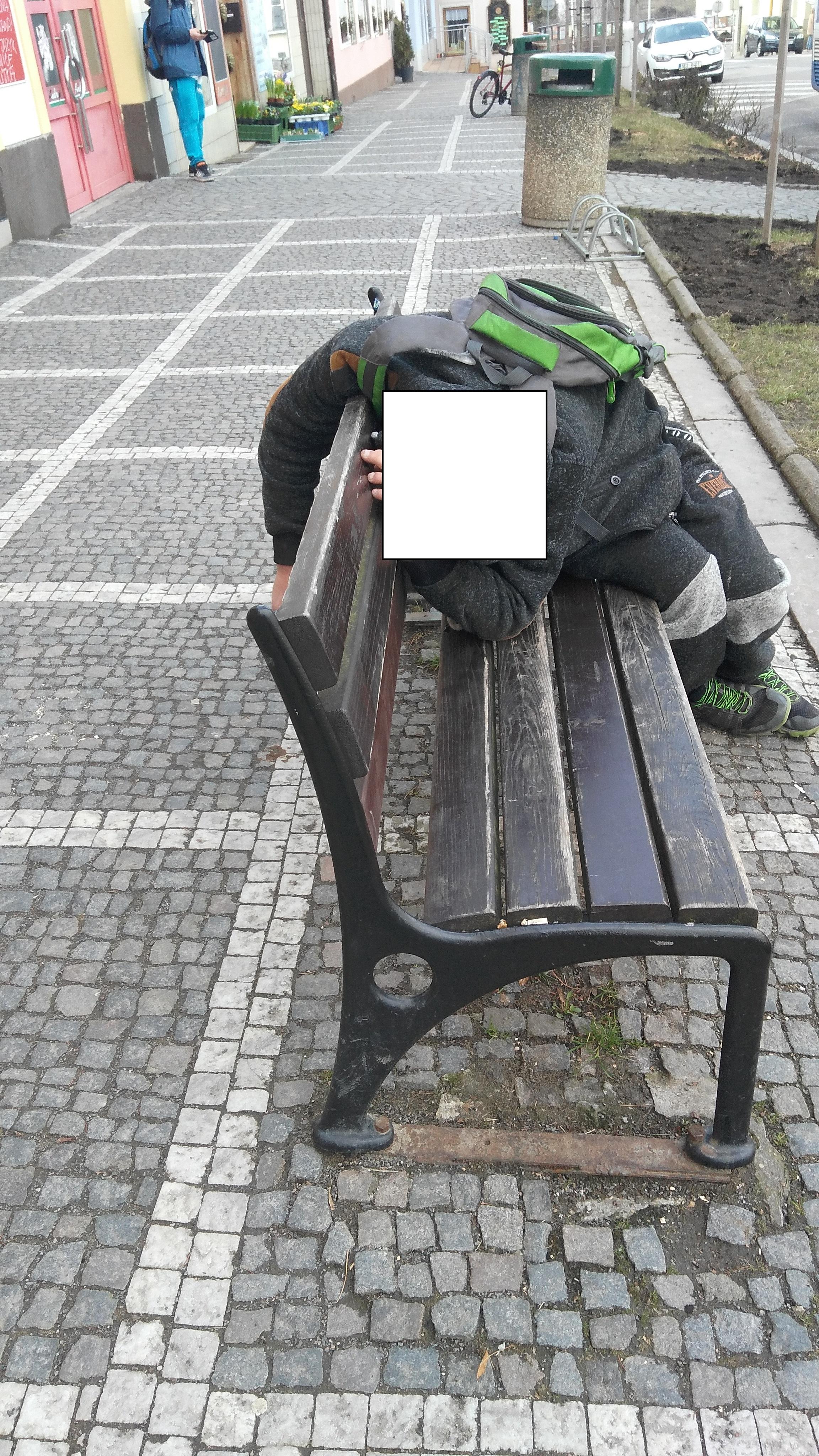Opilec se povaloval na lavičce